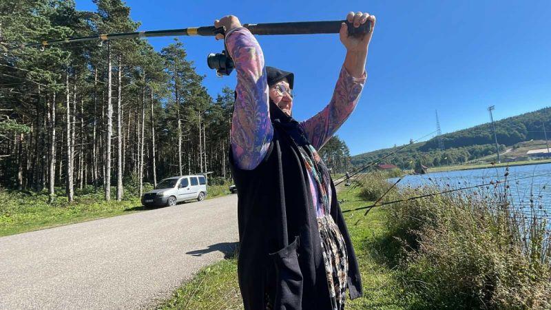 Balık tutan kocasına kızdı, can sıkıntısına gittiği avcılıkta ustalaştı