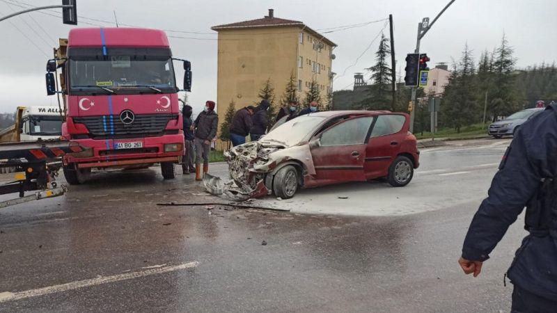 Kocaeli'de otomobil ile kamyon çarpıştı: 4 yaralı