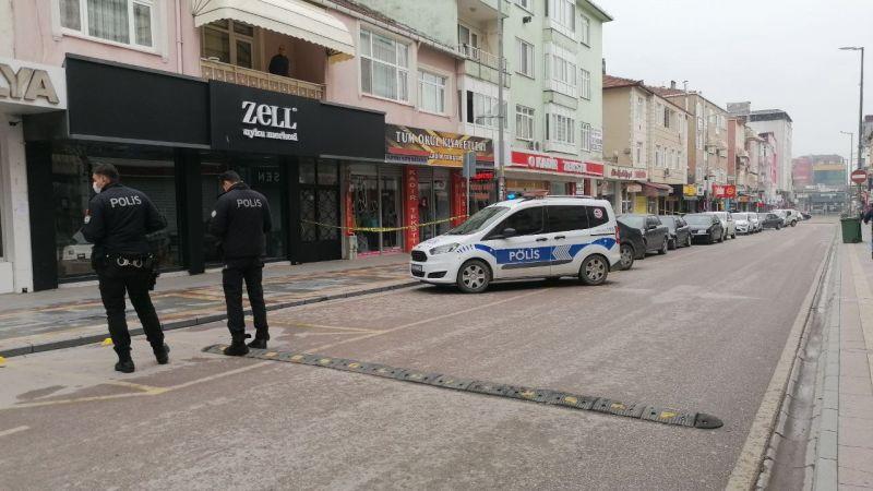 İki kişi çatıştı, yoldan geçenler vuruldu!