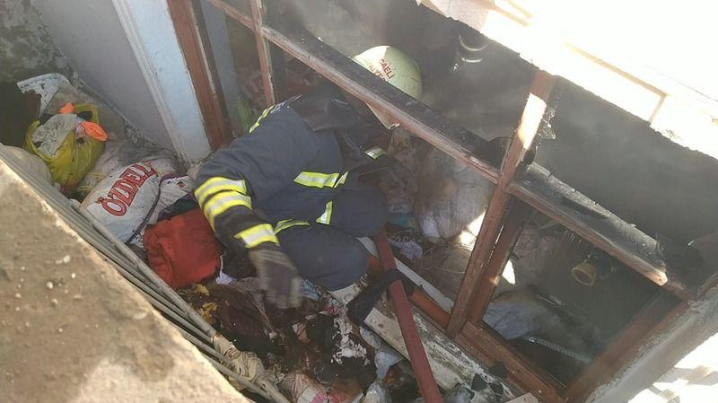 Çöp dolu evde yangın çıktı… 1 kişi dumandan etkilendi, kuşlar öldü!