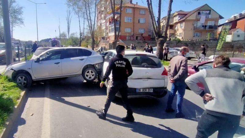 Kazaya bakmak için yavaşlayınca 5 araç çarpıştı: 3 yaralı