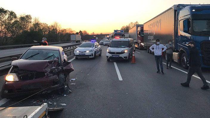 Otoyolda 5 araç birbirine girdi: 6 kişi yaralandı