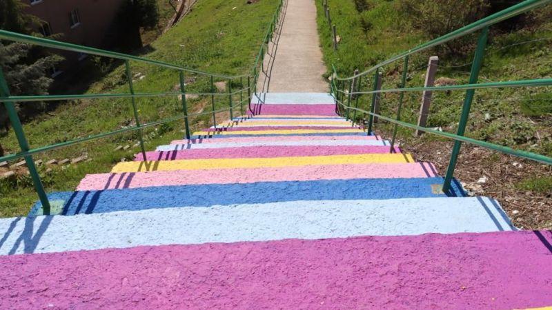 İzmit'te merdivenler bahara bürünüyor