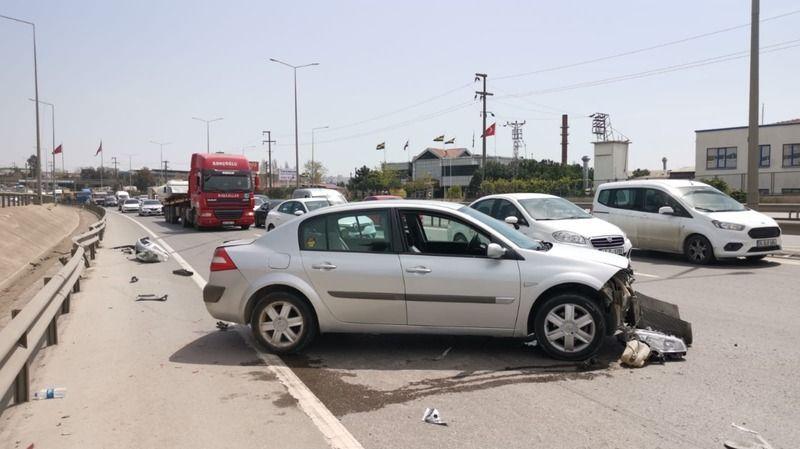 Bariyerlere çarpan otomobilin sürücüsü ölümden döndü!