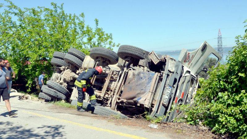 Kontrolden çıkan hafriyat kamyonu devrildi!