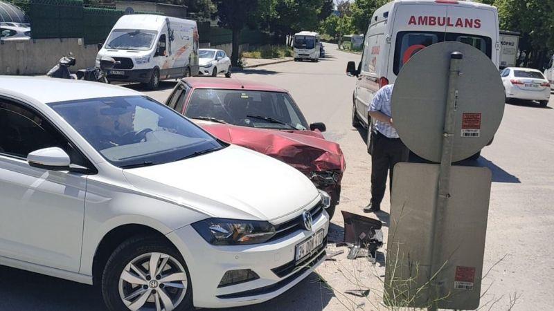 İki otomobil çarpıştı, sürücüler yaralandı!