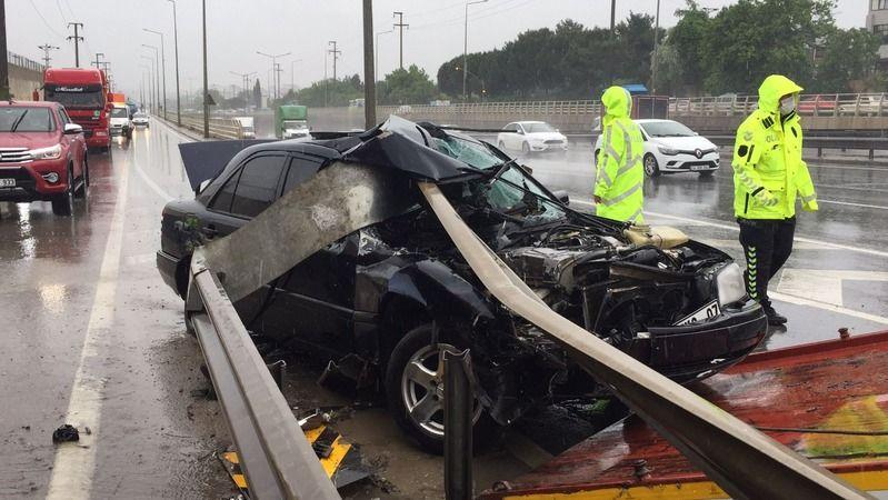 Otomobil bariyere saplandı: 2 yaralı