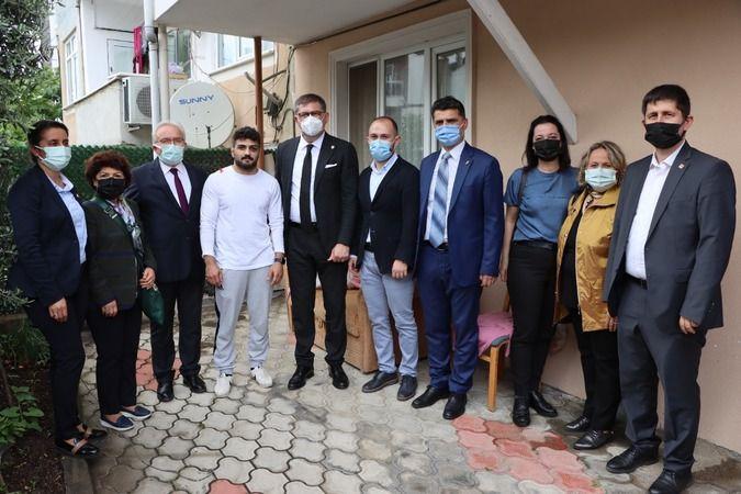 CHP Kocaeli, Avrupa Şampiyonu Gölcüklü milli güreşçi  Ramazan Sarı'yı ziyaret etti