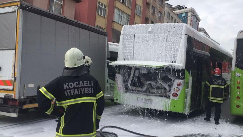 Bağırarak şoförü uyardılar, otobüsü yanmaktan kurtardılar