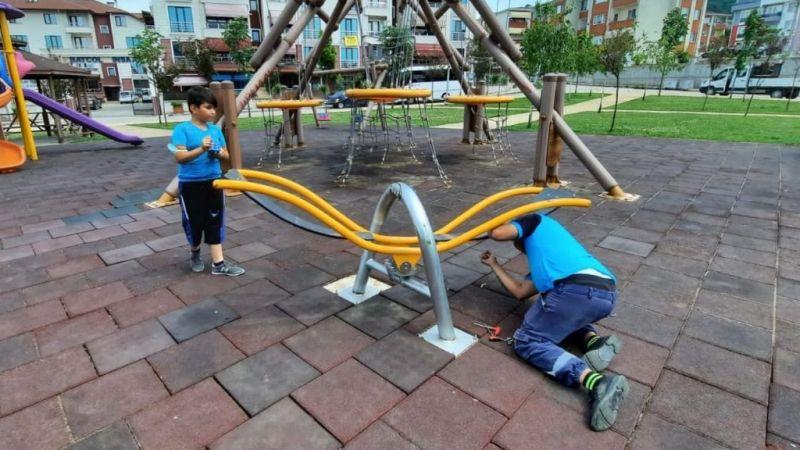 Çocuk oyun gruplarının bakımları yapılıyor