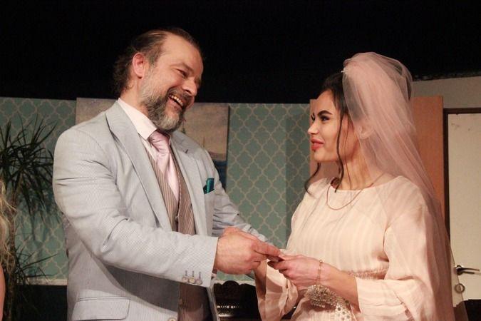 Tiyatro salonunda oyuncudan sürpriz evlilik teklifi
