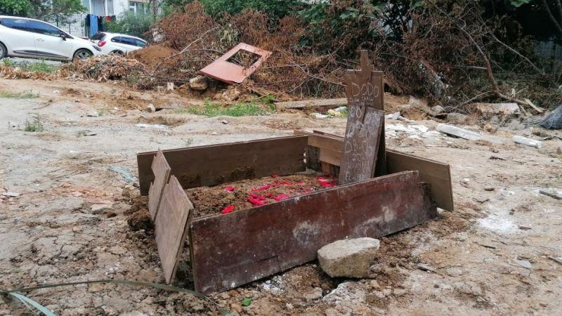 Harçlıklarıyla besledikleri köpeğe elleriyle mezar yaptılar