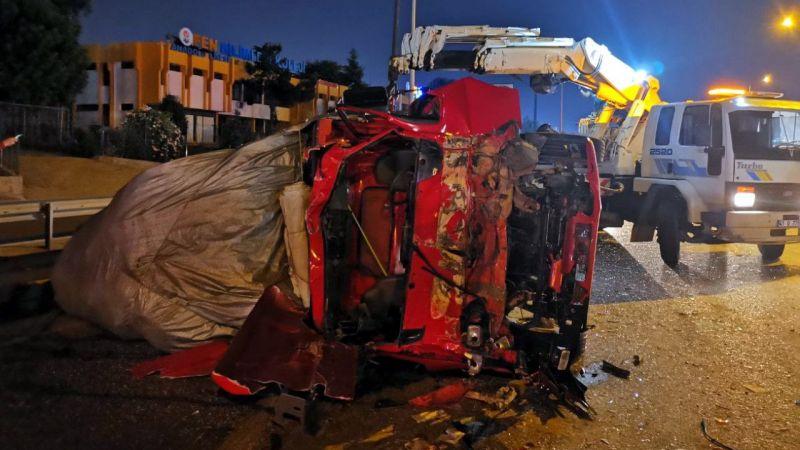 Sebze yüklü kamyon kamyonete çarptı: 5 yaralı