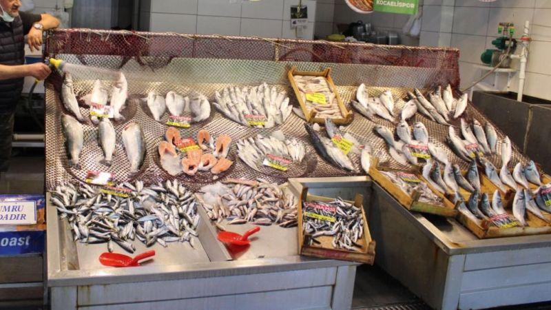 Balık pazarına gelenler,'Marmara balığı mı?' diye soruyor