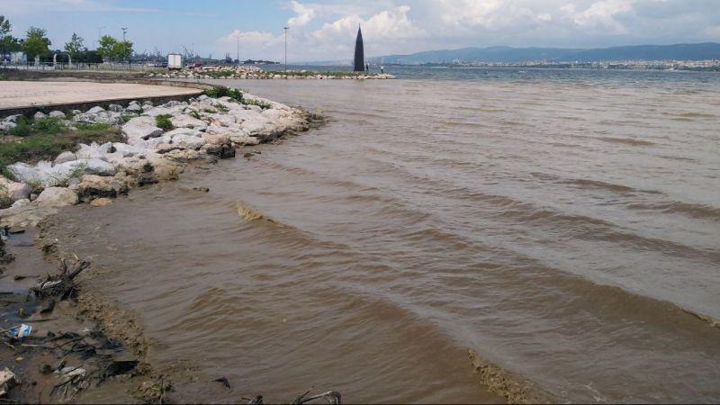 Yağış sonrası oluşan çamurlu su denizin rengini değiştirdi