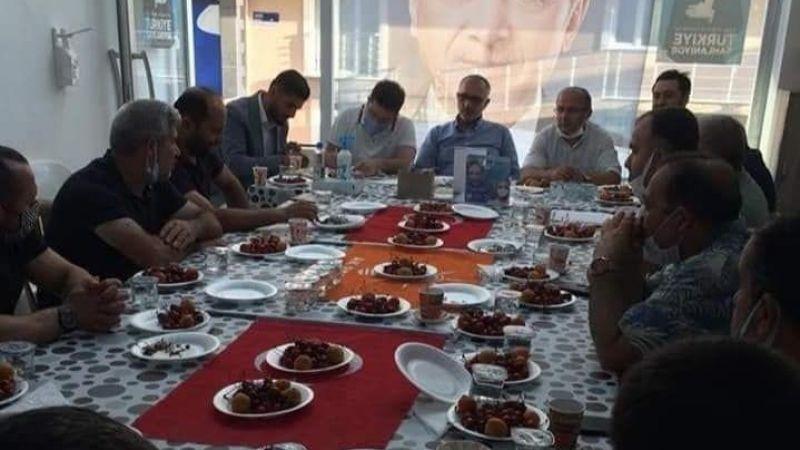 Türk Bayrağını masa örtüsü gibi kullandılar!
