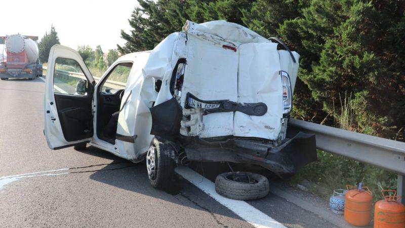 Tırın arkadan çarptığı panelvan aracın yarısı yok oldu!
