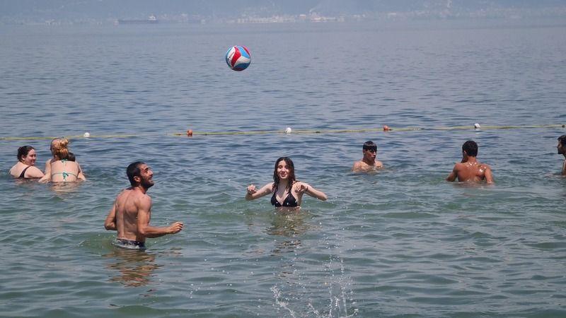 İzmit Körfezi'nde müsilaj temizlenince mavi bayraklı plaja akın ettiler
