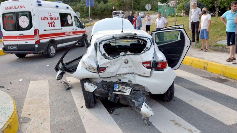 Kavşakta iki araç birbirine girdi: 3 yaralı