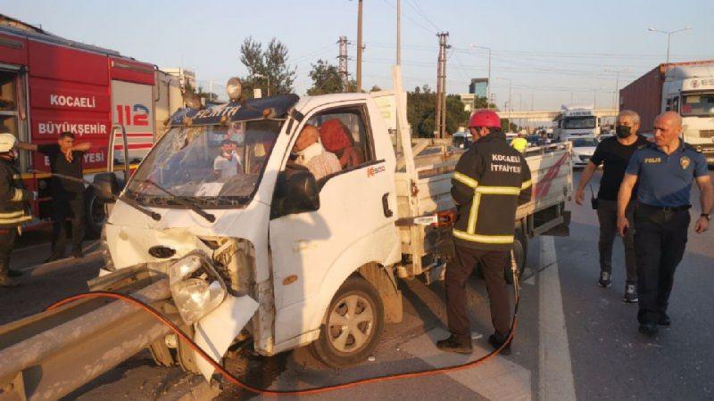 Bariyere çarpan kamyonetteki 2 kişi yaralandı