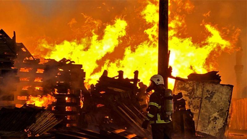 Tonlarca palet yangında kül oldu