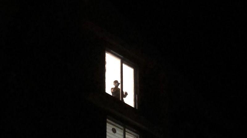 Balkonun demirleri yerinden çıkınca canından oldu!