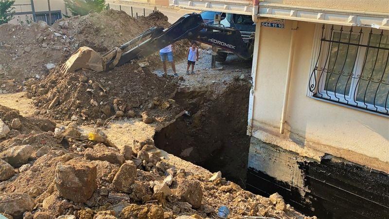 Elleriyle kazıp toprak altında kalan işçiyi kurtardılar