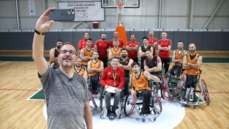 Bakan Kasapoğlu, Kartepe'de paralimpik sporcuları ziyaret etti