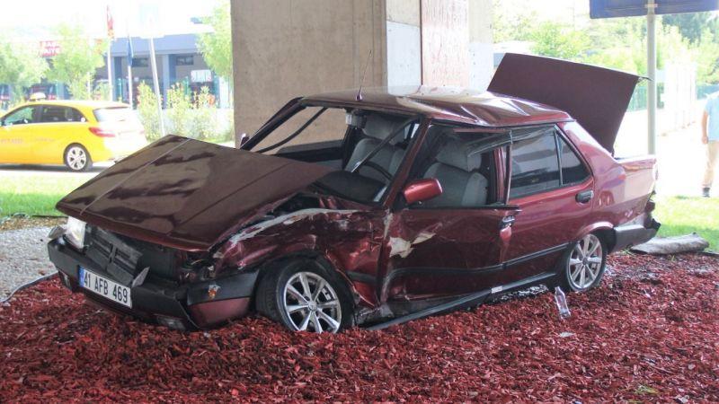 İki otomobil çarpıştı, araçlar kullanılmaz hale geldi… Hurdaya dönen araçlardan burunları bile kanamadan çıktılar!