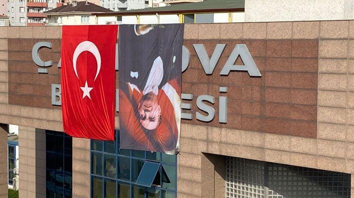 30 Ağustos öncesi Atatürk'e büyük saygısızlık… Belediye Atatürk'ün resmini ters astı!