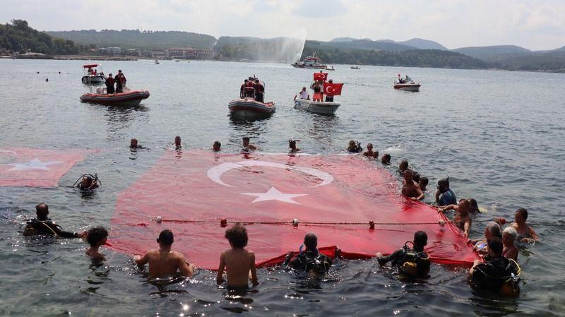 Bayrağı gören dalgalandırmak için denize atladı!