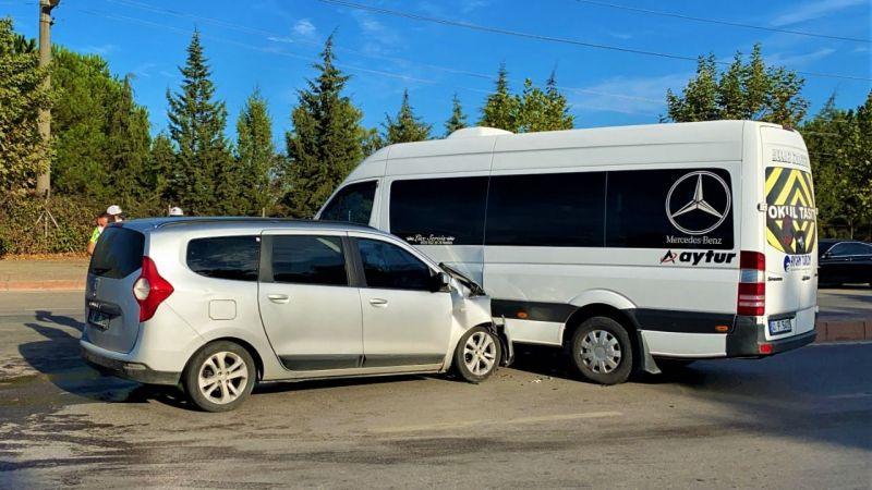 Gebze'de servis minibüsü ile otomobil çarpıştı: 4 yaralı