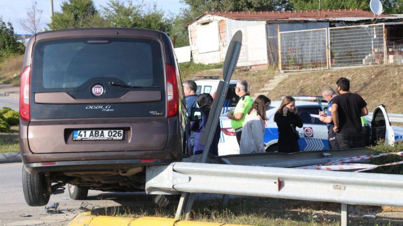 Otomobille çarpıştı, bariyerin üzerinde asılı kaldı: 2 yaralı