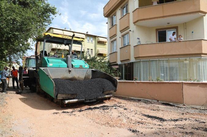Yenilenen altyapı sonrası hızlıca asfalt seriliyor