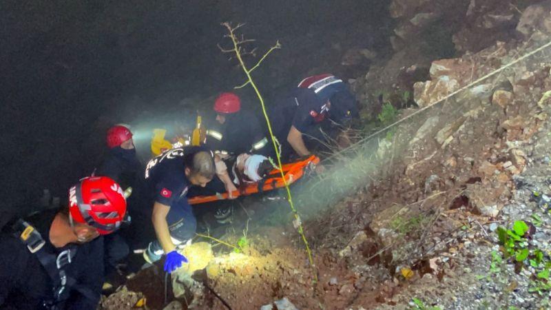 30 metrelik uçuruma düştüler… 2 kişi 1,5 saatlik çalışmayla kurtarıldı