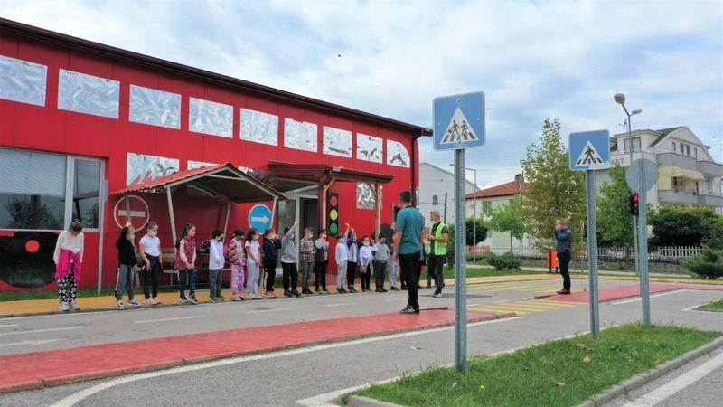 Tam bir şehir trafiği görünümlü parkta çocuklara eğitim