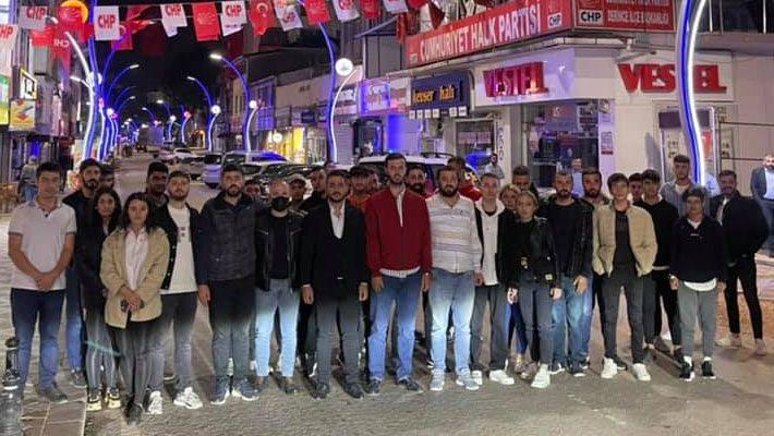 CHP'de bir garip olay… Gençler ilçe binasına alınmadı!