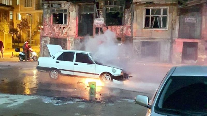 Otomobil birdenbire yanmaya başladı!