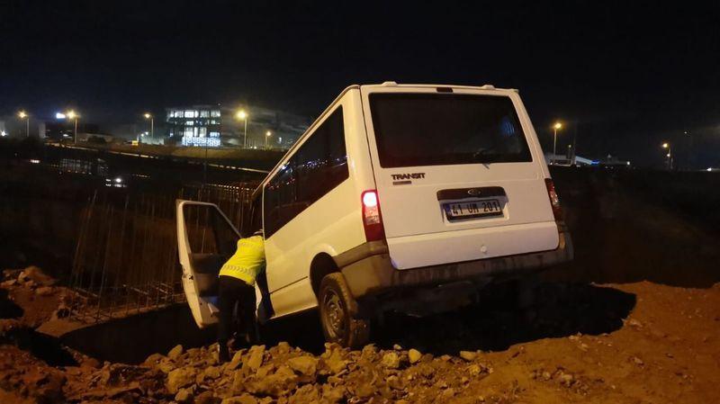 Yoldan çıkan alkollü sürücü şantiyeye girdi!