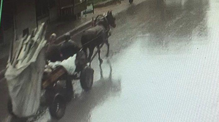 İnşaat demirlerini at arabasına yükleyip çaldılar!