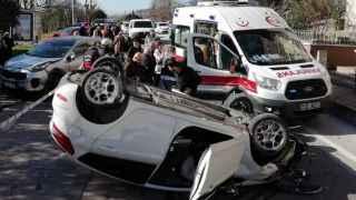 Kaza yapan araçlardan biri ters döndü: 2 yaralı