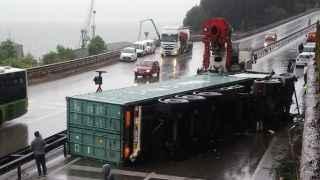 TIR devrildi! Yol 2 saat boyunca trafiğe açılamadı