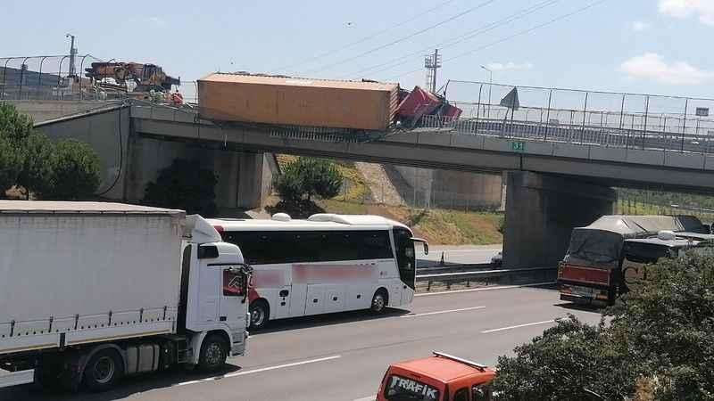 Köprüde TIR devrildi, TEM ulaşıma kapandı