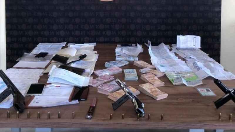 Tefeci operasyonunda 100 bin lira, silah ve borçlu ajandaları ele geçirildi