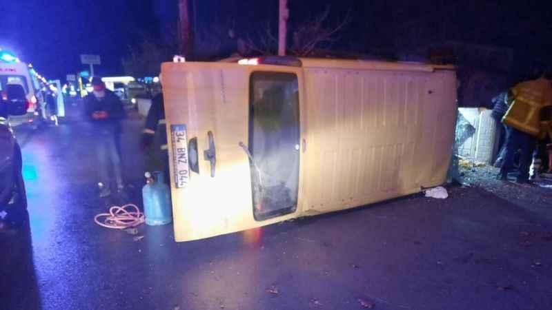 Kontrolden çıkan panelvan minibüs devrildi: 2 yaralı