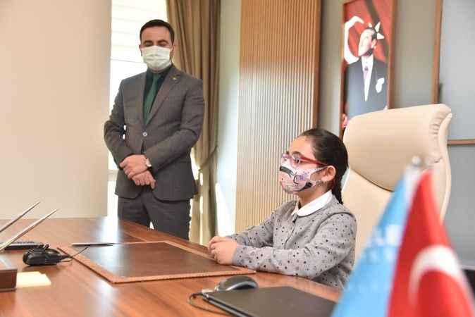 Başkan Özlü Koltuğunu Minik Zeynep'e Devretti