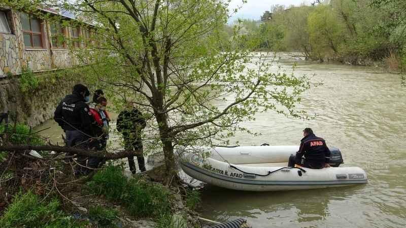 Kendisinden haber alınamayan yaşlı adam nehirde ölü bulundu