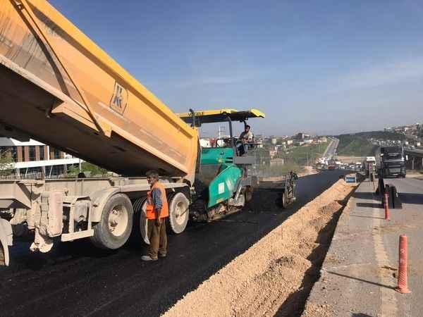Gebze TEM Kuzey yan yollar asfalt serimi yapılıyor