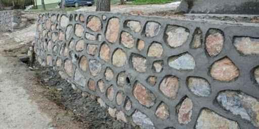 Muhtelif mahalle yollarında taş duvar yaptırılacaktır