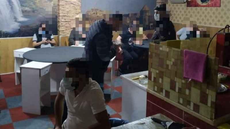 Kahvede kumar oynayan 17 kişi polise yakalandı
